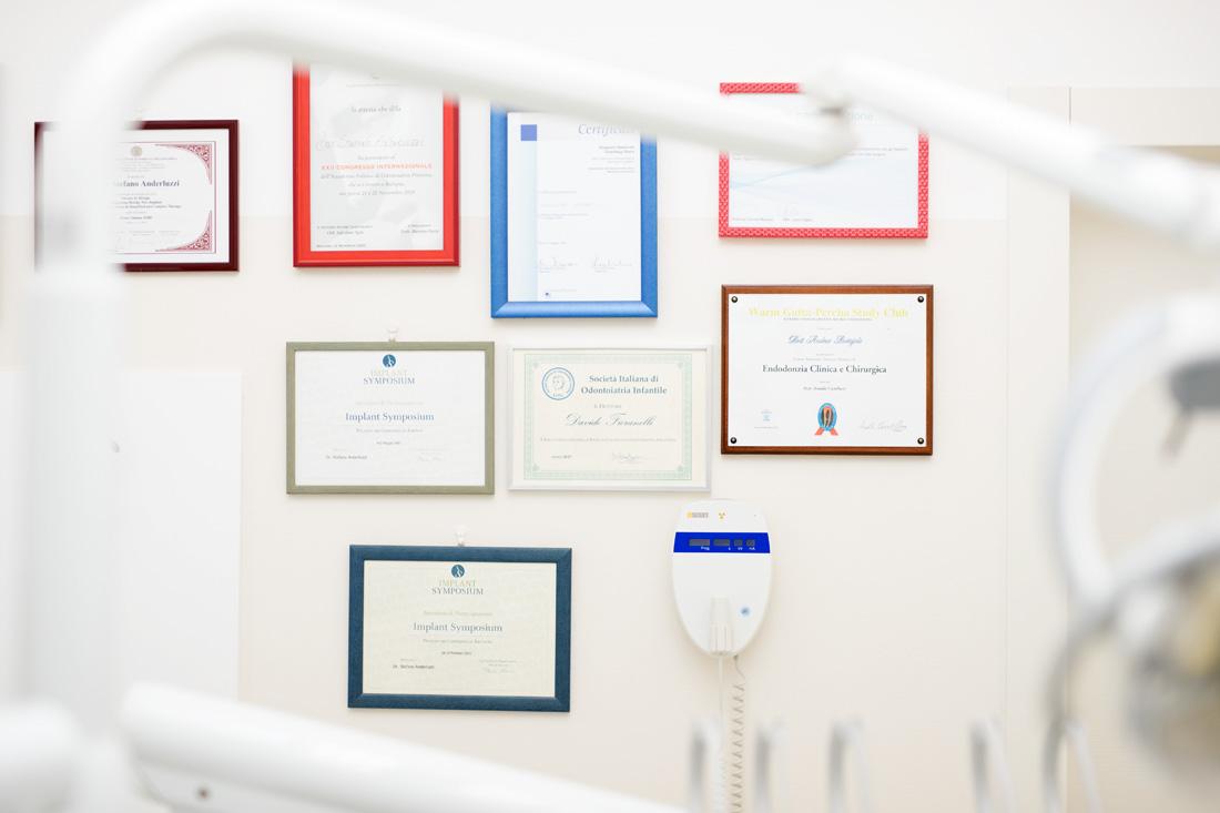 Lauree e diplomi esposti allo studio dentistico Dott. Anderluzzi