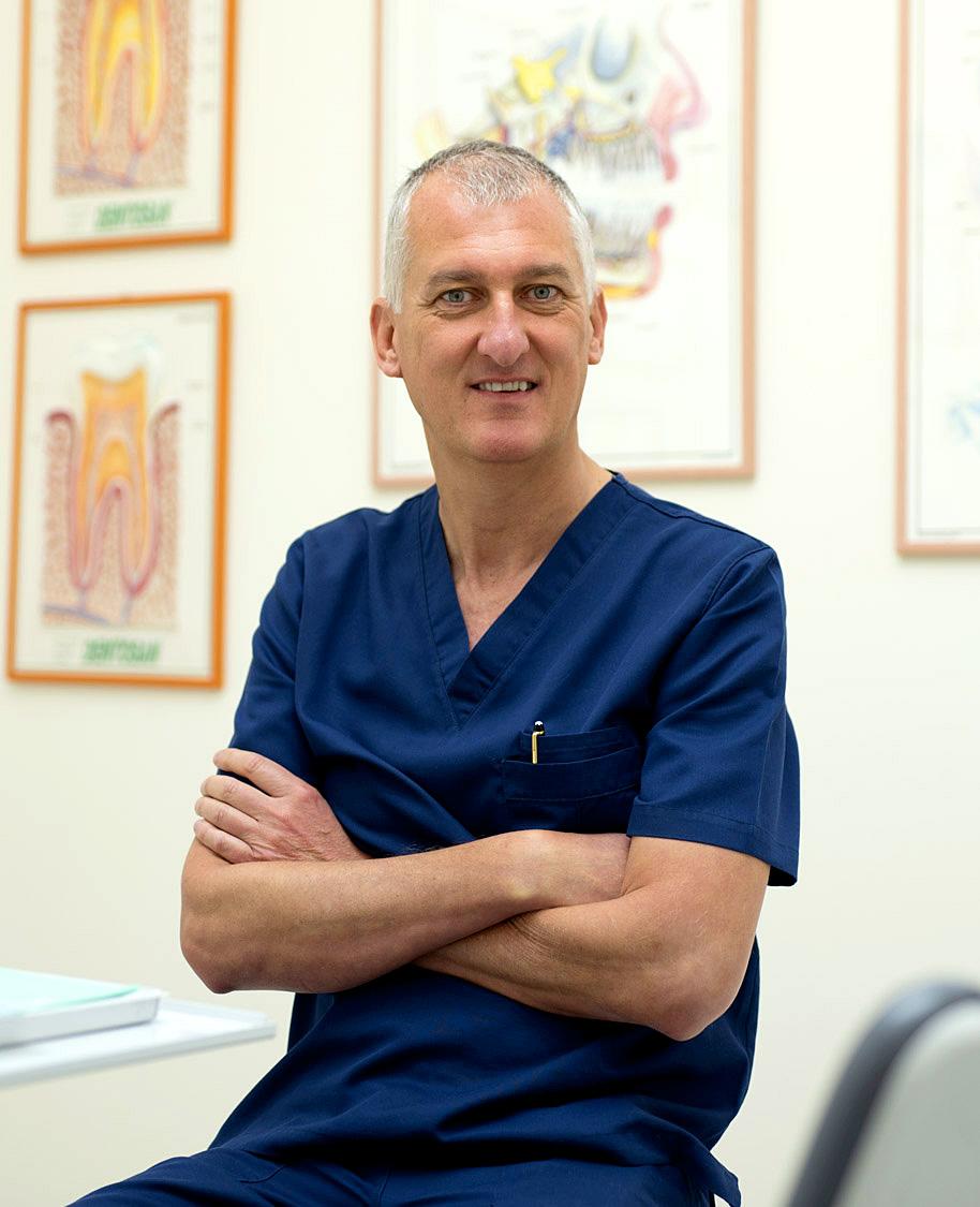 Il dottor Stefano Anderluzzi pratica l'odontoiatria nel suo studio in Val D'Illasi a Verona