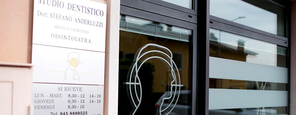Ingresso dello Studio Dentistico Anderluzzi, clinica odontoiatrica a Verona