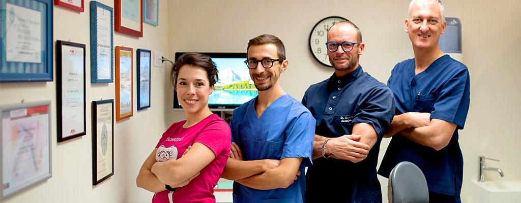 Dottori, odontotecnici, assistenti alla poltrona nello studio dentistico Anderluzzi